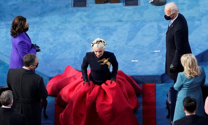 """ليدي غاغا تكشف سر """"الدبوس العملاق"""" على صدرها خلال تنصيب بايدن"""