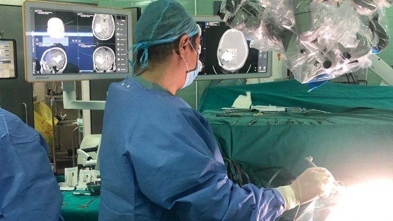 بريطانية تجري عملية استئصال لورم بالمخ دون تخدير