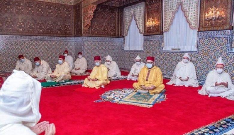 جلالة الملك يؤدي صلاة عيد  الفطر دون خطبة في احترام للحجر الصحي