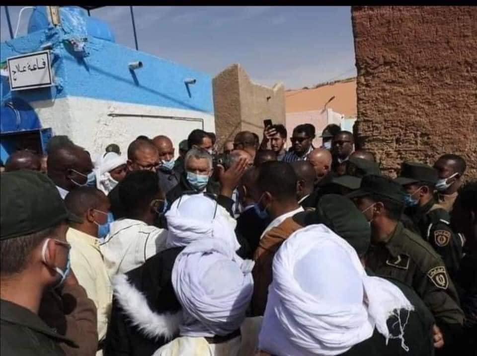 """الجزائر : فضيحة  مثيرة للسخرية، والي ولاية يدشن """"قاعة علاج""""  شبيهة بضريح  متهالك بألوان علم إسرائيل"""