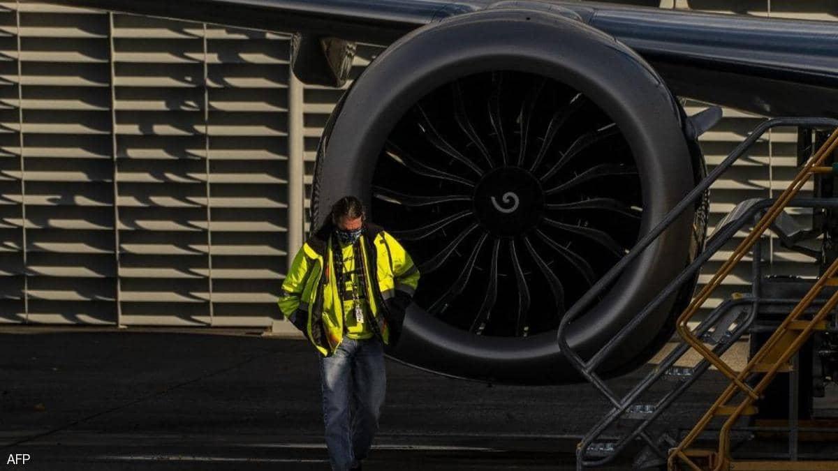 في ثاني حادث لبوينغ.. سقوط محرك طائرة يصيب شخصين