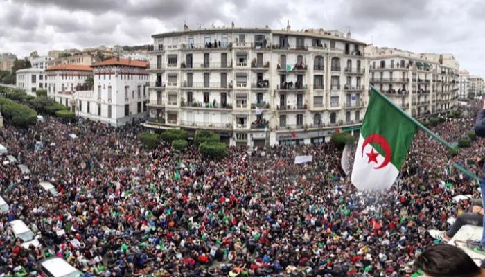 """الجزائر: حراك الجمعة 106يدخل مرحلة الحسم، و """"جنرالات العسكر"""" يتحسسون رؤوسهم !!"""
