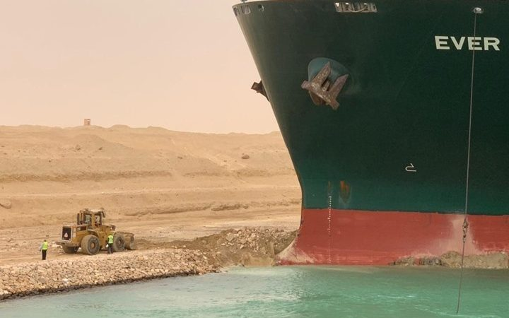 تعليق مؤقت لحركة الملاحة بقناة السويس لحين تعويم السفينة العملاقة الجانحة