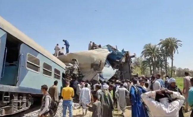 32 قتيلا في حادث تصادم قطارين في مصر