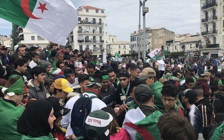 """في ثلاثاء  """"108 """" شباب الحراك يخلق الحدث بشعارات قوية ضد نظام العسكر في الجزائر…"""