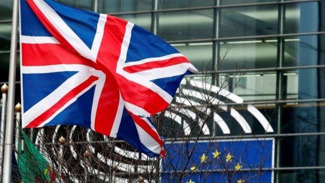 الاتحاد الأوروبي يلوّح بحظر تصدير لقاحات كورونا إلى بريطانيا
