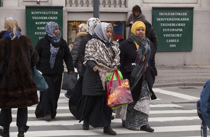 الدنمارك أول دولة أوروبية تجرد اللاجئين السوريين من تصاريح إقامتهم
