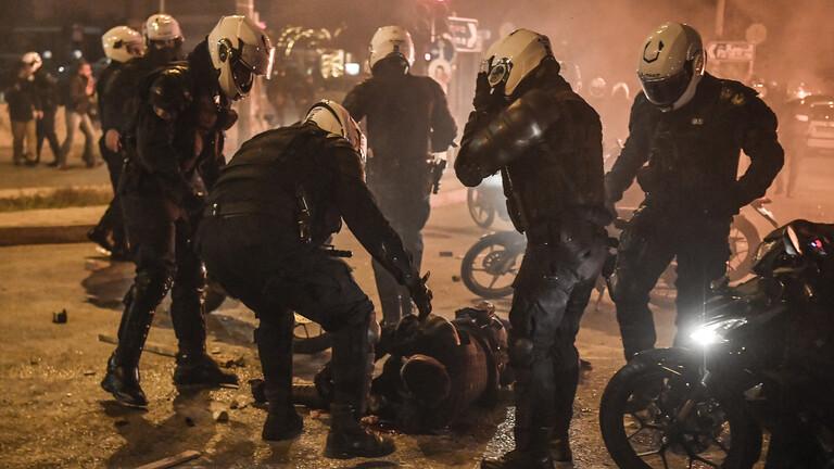 اليونان .. توقيف ضابط شرطة  لتعنيفه رجلا لم يلتزم  بقيود كورونا