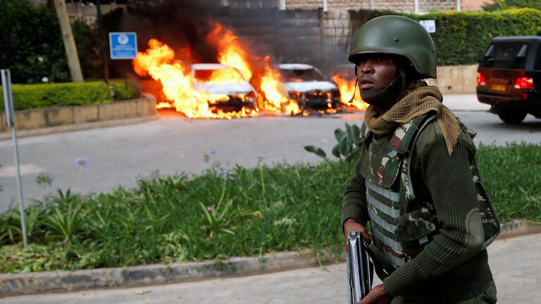 كينيا.. مقتل 4 أشخاص بعد اصطدام حافلة بقنبلة مزروعة بجانب الطريق