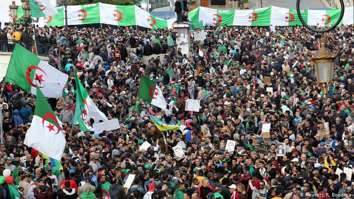 """الجزائر :  حراك الجمعة 114 تحت شعار """" لا انتخابات مع عصابة السراق """""""
