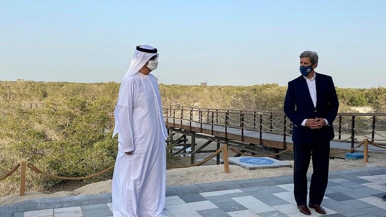 """جون كيري يتفقّد محطة """"نور أبوظبي"""" للطاقة الشمسية"""