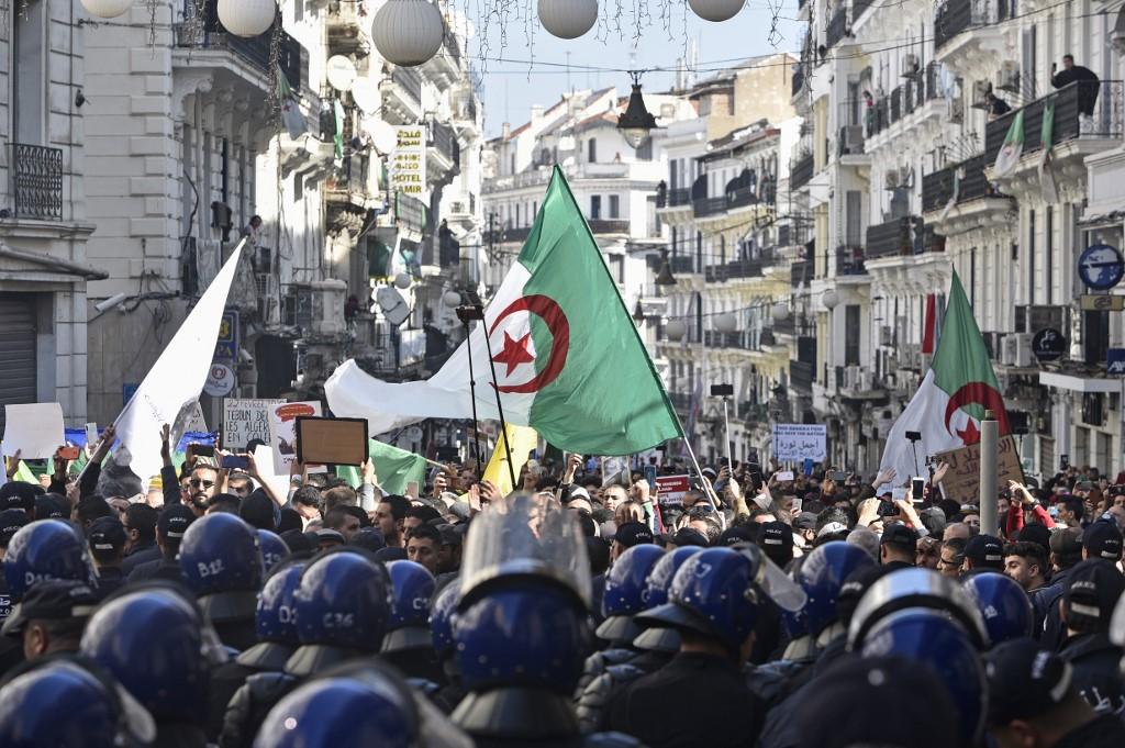 الجزائريون يجددون في الجمعة 113 للحراك الشعبي المطالبة برحيل النظام