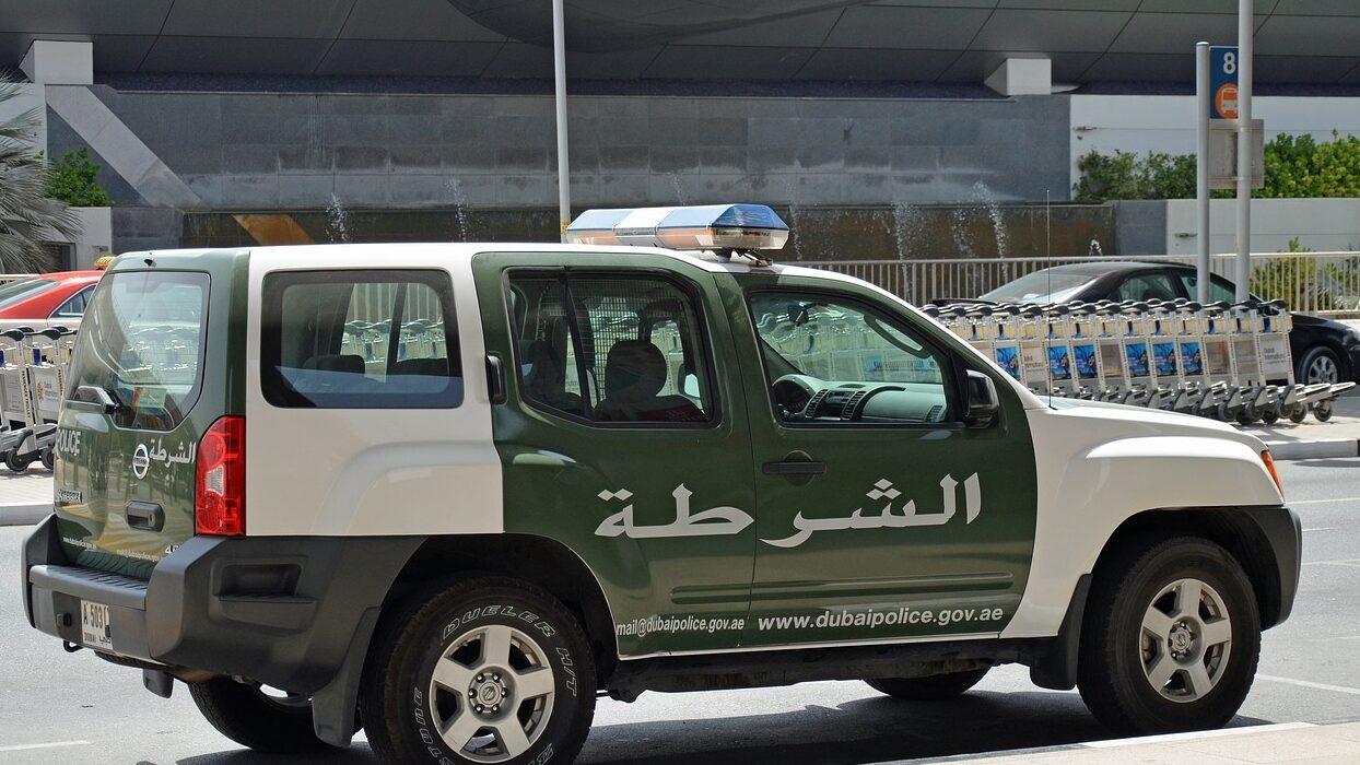 الإمارات.. السجن 14 عاما لثلاثة متهمين خليجيين انتحلوا صفة رجال أمن
