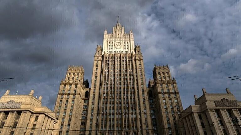 على خلفية إعلان براغ ترحيل دبلوماسيين روس.. الخارجية الروسية تستدعي السفير التشيكي