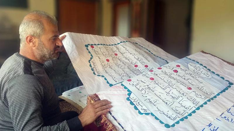 سوري يخط نسخة عملاقة من القرآن الكريم بأدوات بسيطة