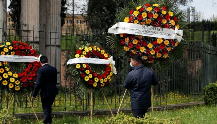 احتجاج متعهدو دفن الموتى بمدينة روما الإيطالية