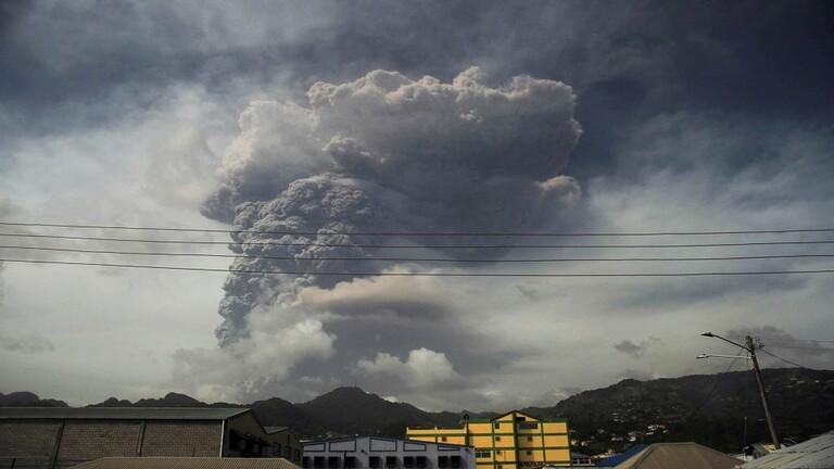 الرماد يغطي جزيرة سانت فينسنت بعد ثوران بركاني