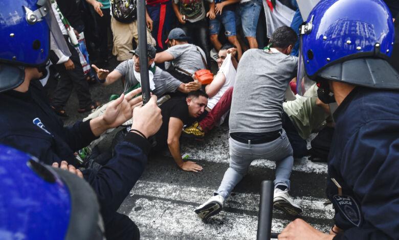 الجزائر : اعتقالات و قمع عنيف في مظاهرات الجمعة 119… !!