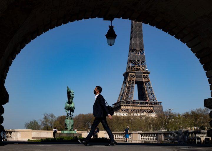 ماكرون يعد بتقديم 300 يورو لكل شاب فرنسي لإنفاقه على الأنشطة الثقافية