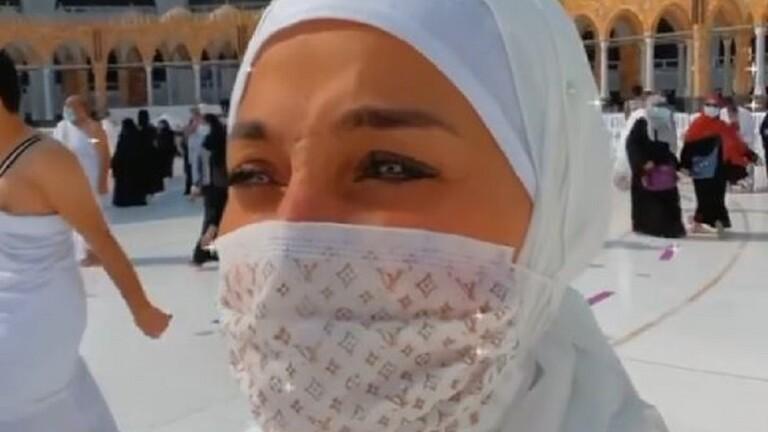 مذيعة مشهورة تثير الجدل بالدعاء للفنانة دلال عبد العزيز أمام الكعبة