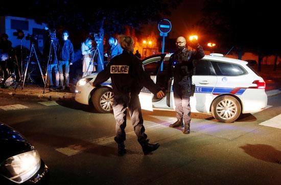 جريمة بشعة في فرنسا.. شخص يطلق النار على زوجته ويضرم النار فيها