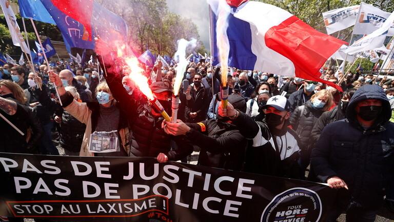 عناصر  شرطة في باريس يتظاهرون للمطالبة بحمايتهم من العنف