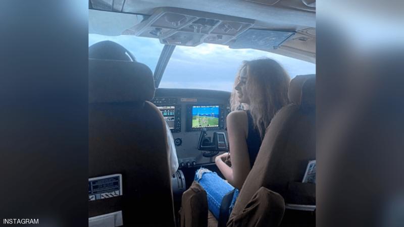 تعليق مصري رسمي على صورة هنا الزاهد في قمرة قيادة طائرة