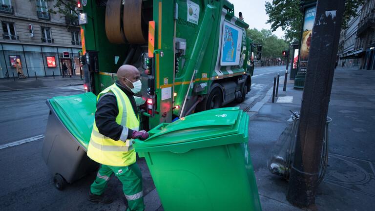 عمال النظافة يقتحمون مبنى إداريا في باريس