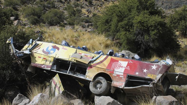 بيرو.. مصرع 17 شخصا جراء سقوط حافلة في واد