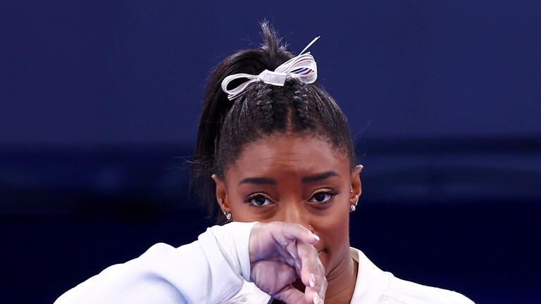 """أسطورة الجمباز الأمريكية بايلز تضحي بالميداليات """"حفاظا على صحتها النفسية"""""""