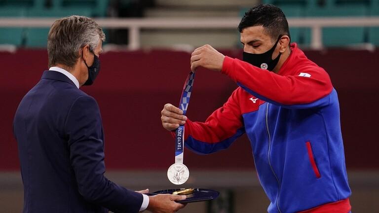 الإيراني مولايي الذي شارك في أولمبياد طوكيو بعلم منغوليا يهدي ميداليته الفضية لإسرائيل
