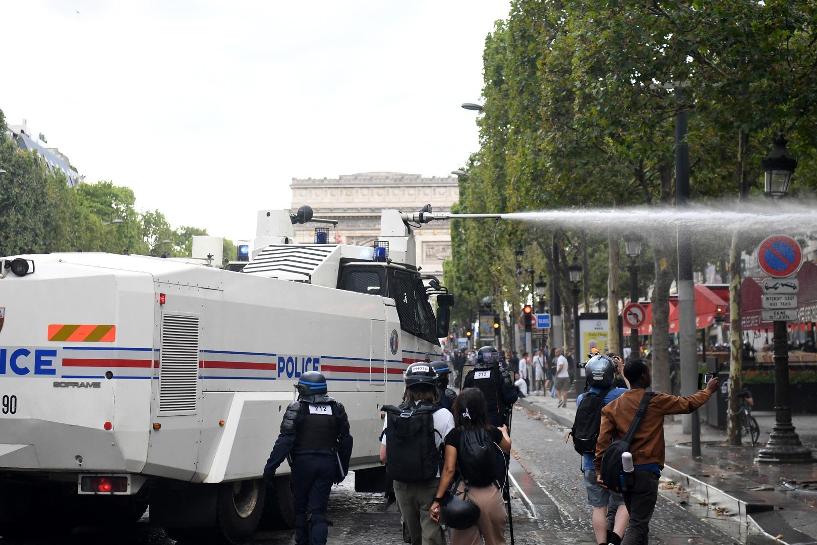 باريس.. اشتباكات عنيفة بين الشرطة ومحتجين على قيود كورونا