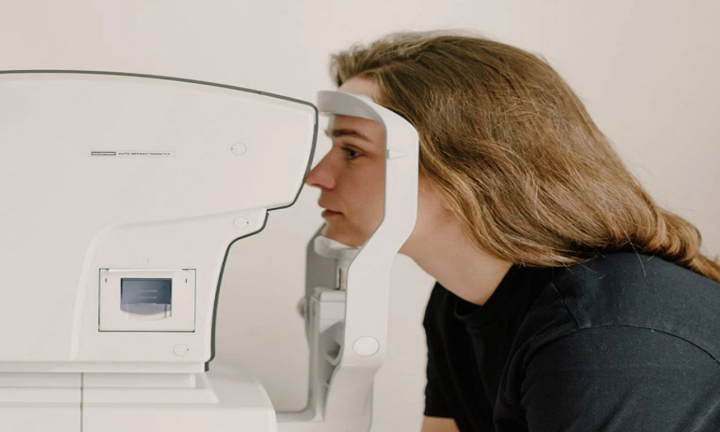 """أطباء يزعمون أن """"عيون المرضى"""" تكشف وجود """"كوفيد طويل الأمد"""""""