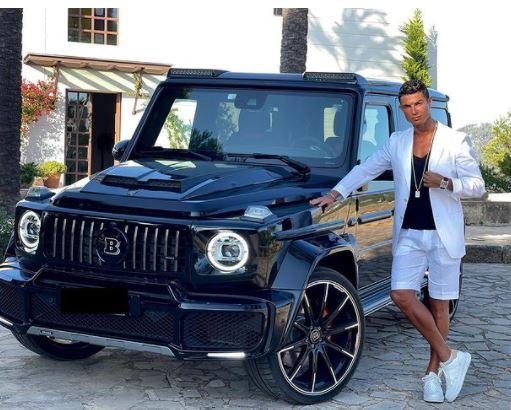 رونالدو يستعرض سيارة فاخرة باهظة الثمن هدية من صديقته جورجينا