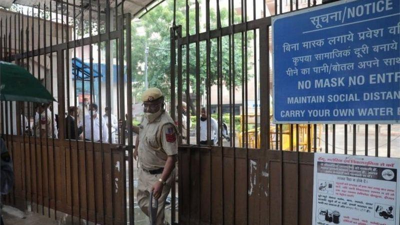 قاتلان يتنكران بأزياء المحامين ويغتالان رجل عصابات شهير في الهند داخل المحكمة