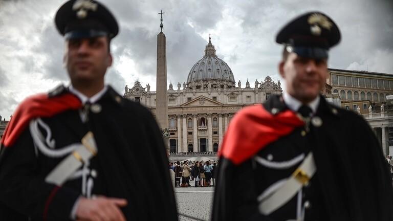 القبض على كاهن إيطالي متلبسا بشراء مخدرات بتبرعات الزوار