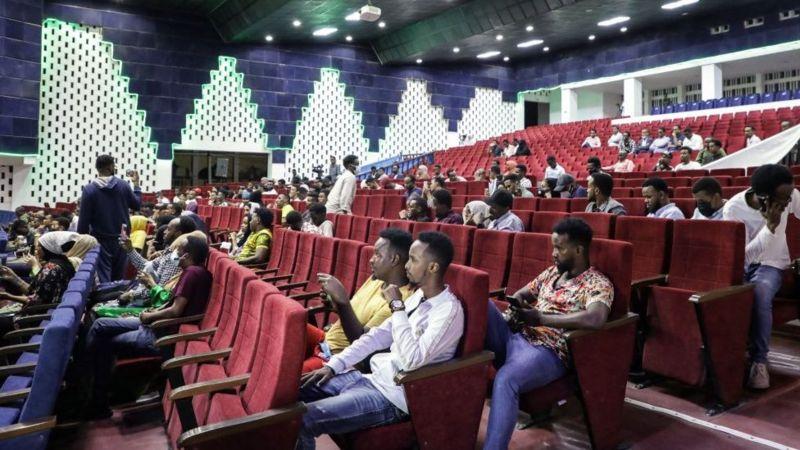 الصوماليون يستمتعون بأول عرض سينمائي منذ 30 عاما