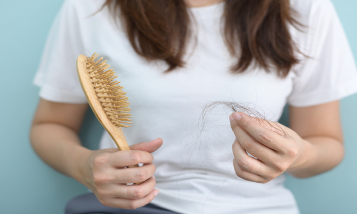 عوامل الخطر الأقل شهرة لتساقط الشعر عند النساء