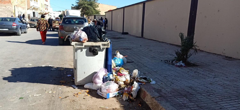 هل تتدخل مندوبية الصحة بوجدة لمنع وضع حاويات الأزبال أمام أبواب مدارس ؟