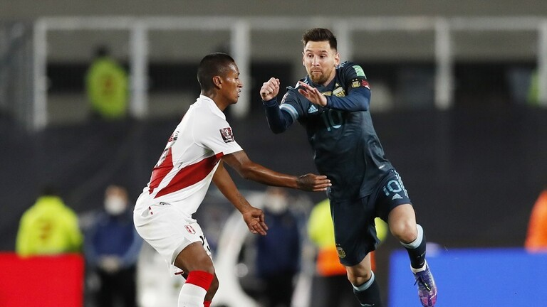 ميسي يسخر ويهاجم البرازيلي سامبايو حكم مباراة الأرجنتين وبيرو