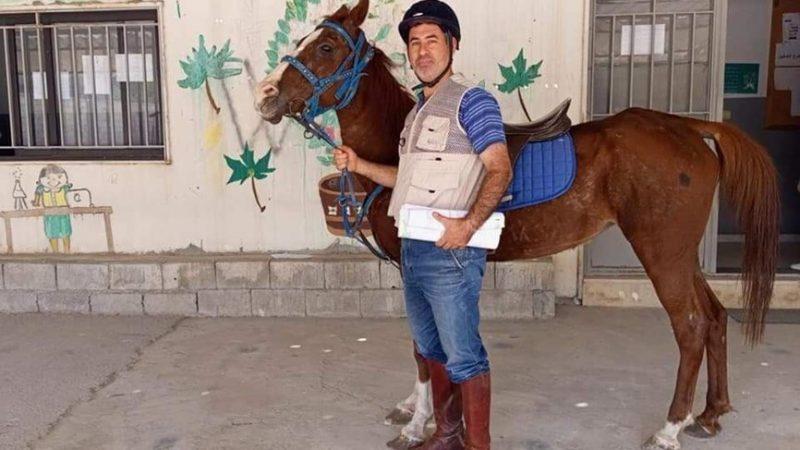 لبنان.. معلم يستعمل حصانه في الوصول إلى المدرسة بسبب الأوضاع الاقتصادية