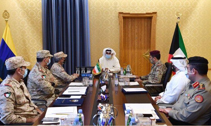 وزير كويتي يدافع عن قراره ضم النساء للجيش