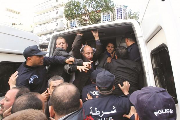الجزائر: القمع لخنق كل أشكال التعبير الحر والسلمي